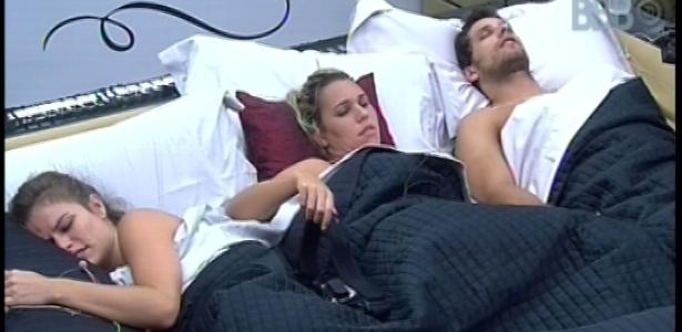 25.jan.2013 - Marien, Eliéser e Natalia dormem juntos na cama do líder