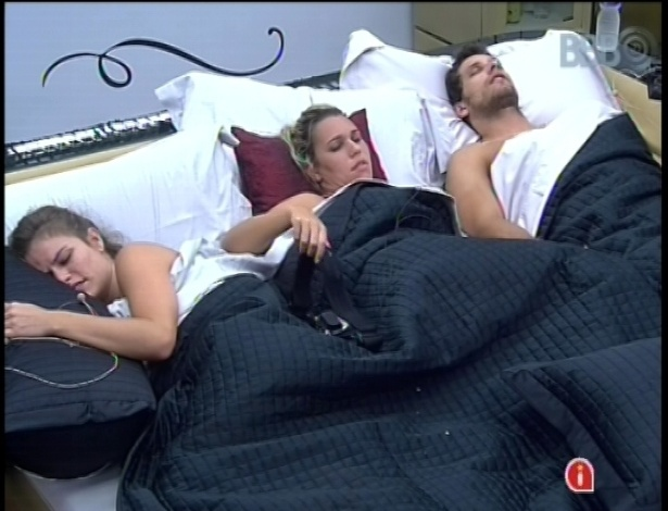 25.jan.2013 - Marien, Eliser e Natalia dormem juntos na cama do lder