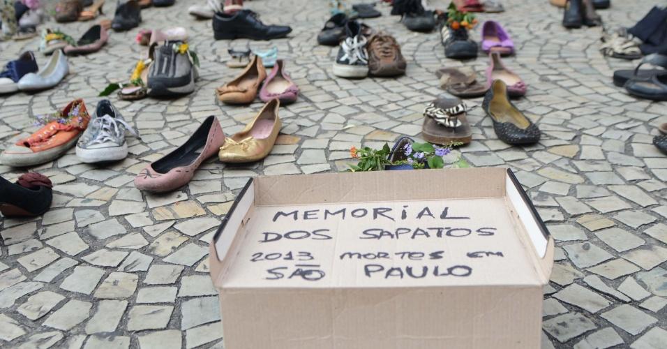 25.jan.2013 - Memorial dos Sapatos é instalado no Vale do Anhangabaú, nesta sexta-feira, em protesto contra a violência na cidade de São Paulo (SP). Hoje é comemorado o aniversário de 459 anos da capital