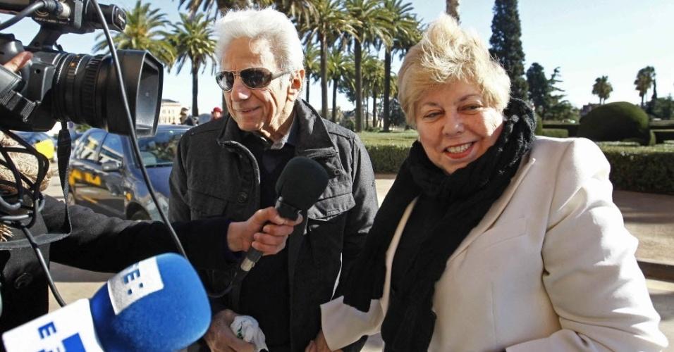 25.jan.2013 - Os pais da cantora Shakira, William Mebarak Chadid, e Nidia Ripoll Torrado, falam com a imprensa na frente da clínica onde a cantora está internada