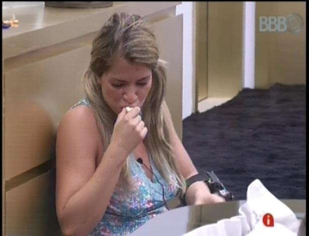 25.jan.2013 - Sentada no chão, a chocólatra Fani devora os bombons de chocolate do quarto do líder