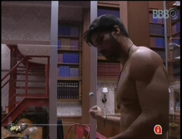 25.jan.2013 - Único acordado na casa, Marcello toma banho no banheiro do quarto biblioteca