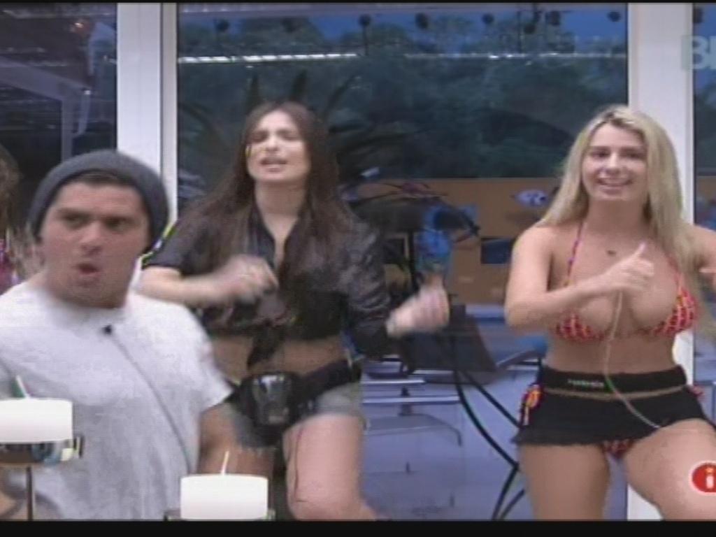 25.jan.2013 - Yuri, Anamara, Kamilla e Fernanda fazem coreografias do É o Tchan na cozinha. O grupo das meninas foi apelidado pela advogada de