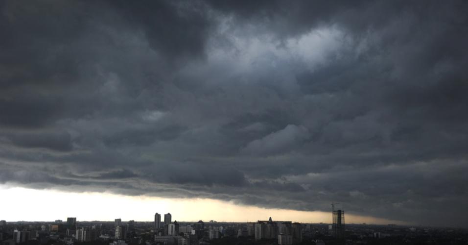25.jan.2013- Foto tirada no dia 23 de janeiro e divulgada nesta sexta-feira (25), mostra a formação de nuvens na cidade de Jacarta, na Indonésia. Parte da cidade continua inundada devido às enchentes no início do mês, em decorrência das fortes chuvas