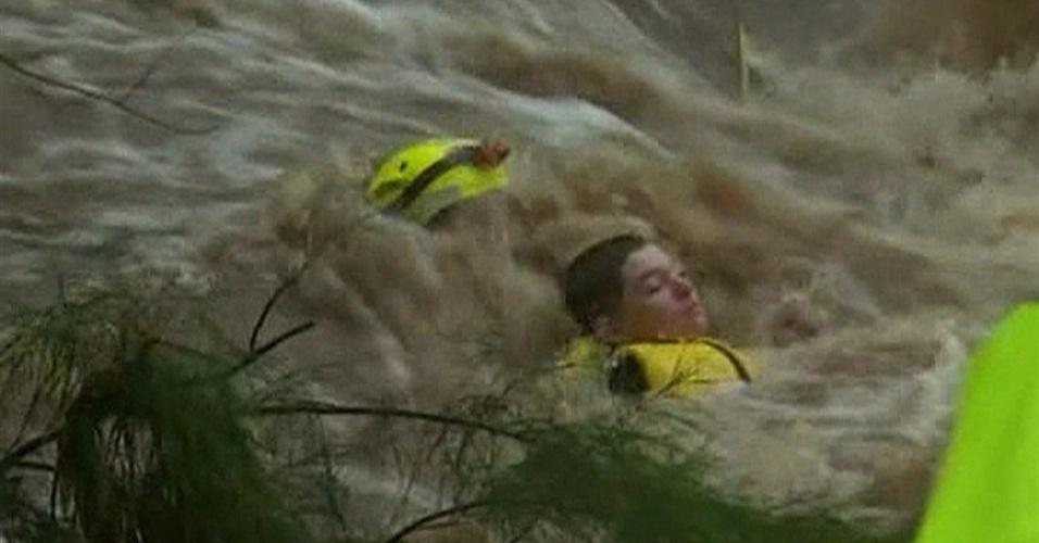 25.jan.2013- Um adolescente de 14 anos foi resgatado nesta sexta-feira (25) no Estado de Queensland, no norte da Austrália, após ser surpreendido pela correnteza de um riacho que encheu com as fortes chuvas na região. Cerca de 20 resgates semelhantes foram feitos em Queensland em menos de um dia