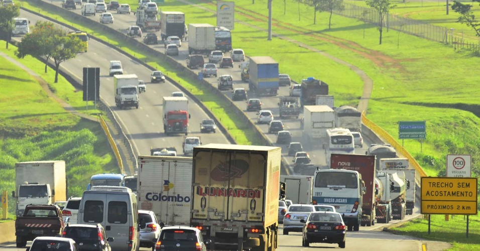 25.jan.2013-A rodovia Presidente Dutra tem trânsito intenso na manhã desta sexta-feira (25) entre os quilômetros 150 e 157, em São José dos Campos (SP), no Vale do Paraíba