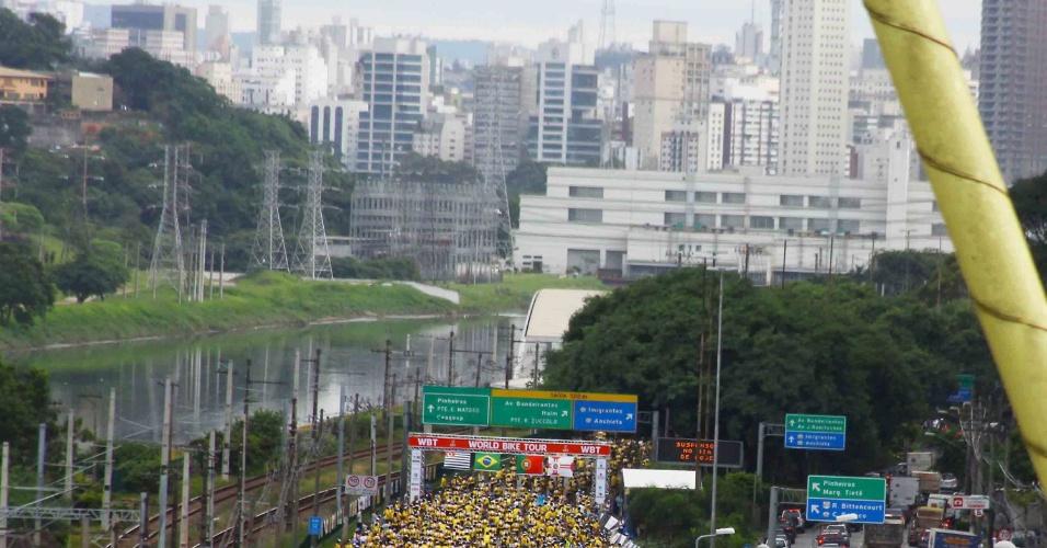 25.jan.2013-Ciclistas participam da 5ª edição do World Bike Tour na manhã desta sexta-feira (25), na zona sul de São Paulo. O trajeto da corrida, em homenagem ao aniversário de 459 anos da cidade, vai da marginal Pinheiros, sentido Castelo Branco, até a USP (Universidade de São Paulo)