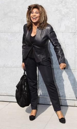 26.fev.2011 - Tina Turner sorri para fotógrafos ao chegar ao desfile da Emporio Armani na semana de moda de Milão 2011