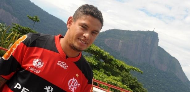 Carlos Eduardo veste a camisa do Flamengo na sede do clube, na Gávea