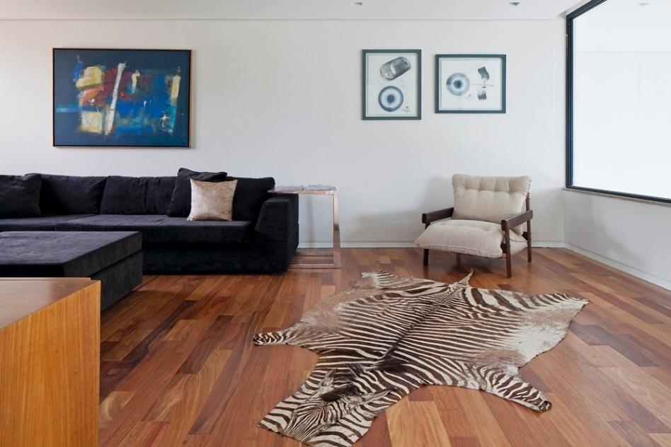 Casa recortada em patamares aproveita bela vista de s o for Sofa para sala de tv
