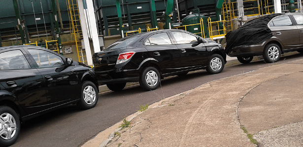 Trio: o carro do meio mostra nome Prisma LT e calotas; o da frente, com rodas de liga, esconde bumbum
