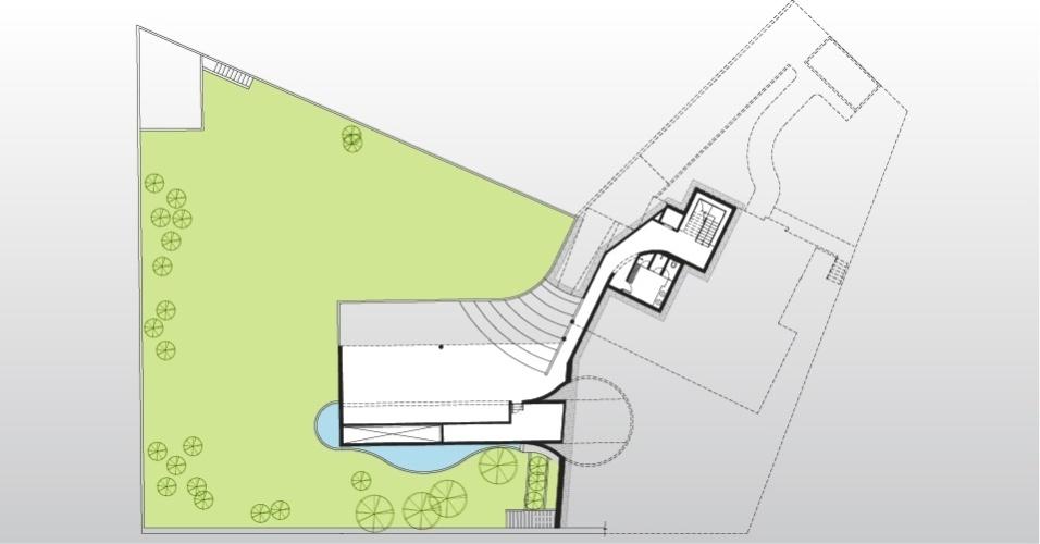 Em um recorte do pavimento inferior está a garagem, localizada sob a piscina. A casa AM é assinada pela arquiteta Monica Drucker
