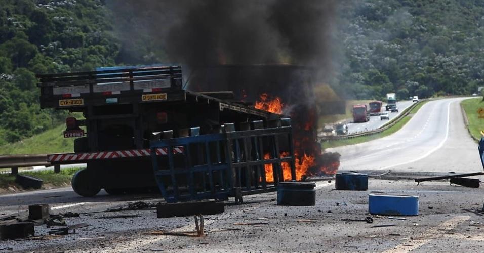 25.jan.2013 - Caminhão pega fogo na rodovia Presidente Dutra sentido Rio de Janeiro