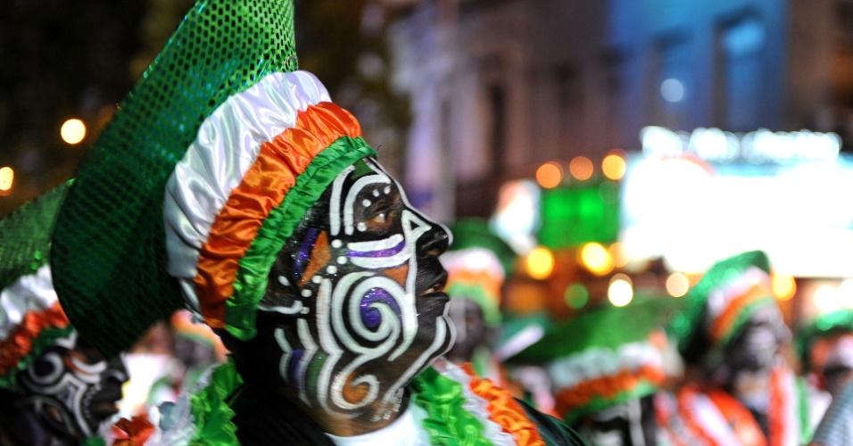 25.jan.2013 - Uruguaio desfila na parada inaugural do Carnaval em Montevidéu.