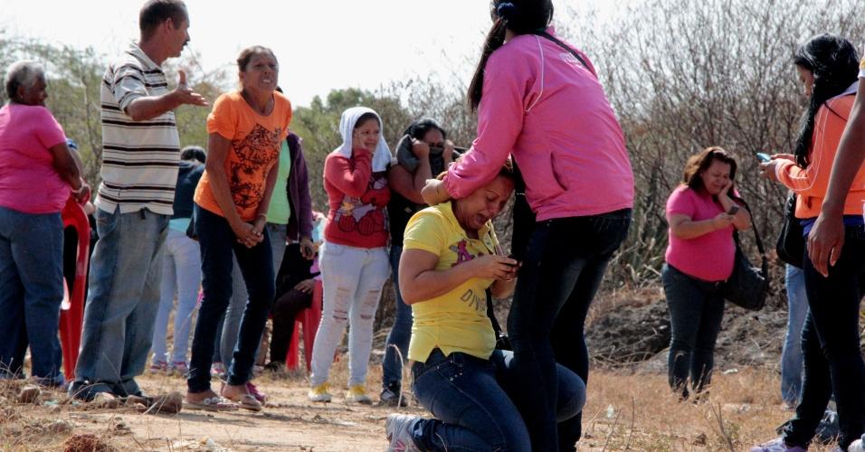 25.jan.2013 - Parentes de presos reagem às notícias em meio à rebelião no presídio de Uribana, na cidade de Barquisimeto, noroeste da Venezuela. O motim explodiu após a imprensa do país divulgar, inadvertidamente, uma operação de busca de armas dentro da penitenciária, superlotada, e considerada a mais perigosa da Venezuela