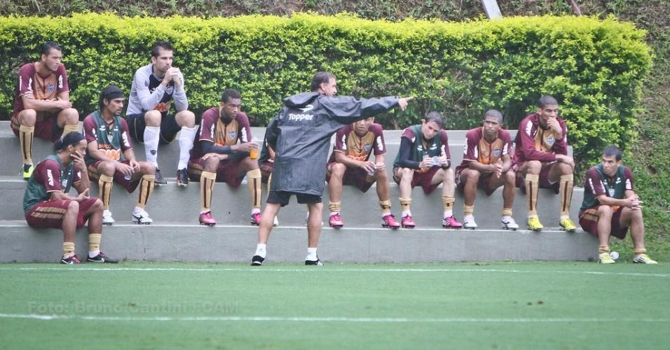 26/01/2013 - Cuca orienta jogadores titulares antes do jogo-treino contra Guarani