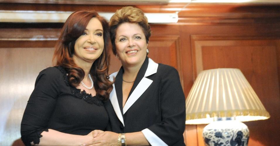 26.jan.2013 - A presidente da Argentina, Cristina Kirchner (esquerda), se reúne com Dilma Rousseff, em Santiago, neste sábado (26), para participarem da cúpula da Comunidade de Estados Latino-Americanos e Caribenhos (Celac) e da União Europeia (UE), em que mais de 40 chefes de Estado e de governo se reunirão para promover uma parceria estratégica entre as duas regiões