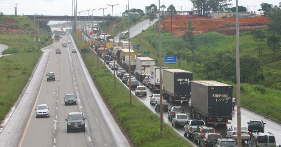 26.jan.2013 - Acidente envolvendo três caminhões deixa vários quilômetros de congestionamento, no km 521 da BR-040, sentido Sete Lagoas (MG), neste sábado (26)