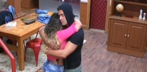 26.jan.2013 - Anamara chora no ombro de Yuri por causa de paredão