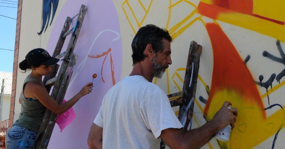 26.jan.2013 - Artistas fazem grafite em muro de comunidade carente no Fórum Social Temático de Porto Alegre. O grupo se reúne a partir deste sábado (26) na Vila Papeleiros, comunidade pobre que reúne em sua maioria catadores de papel. A ideia foi encabeçada pelo grafiteiro Lucas Anão, conhecido na cena gaúcha, que conseguiu verba para garantir as tintas importadas que serão utilizadas e usou as redes sociais para convocar outros grafiteiros. Hoje, cerca de 50 artistas, sete deles de São Paulo, Minas Gerais e Rio de Janeiro, compareceram para trabalhar nas casas e muros da comunidade