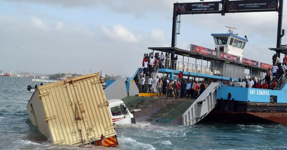 26.jan.2013 - Caminhão perde controle e atropela passageiros que iriam embarcar em barco, em Mombasa, no Quênia. Pelo menos 11 pessoas morreram na tragédia