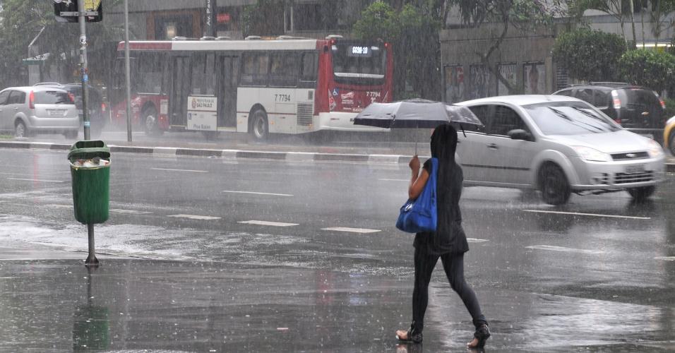 26.jan.2013 - Chuva forte atrapalha pedestres na avenida Paulista, em São Paulo, na manhã deste sábado (26)