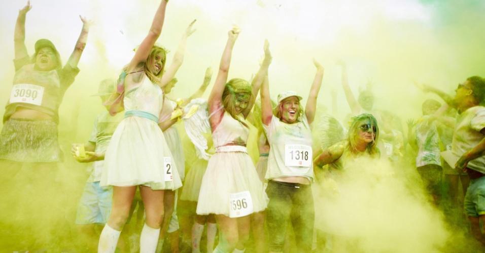 26.jan.2013 - Competidores jogam tinta uns nos outros durante a MS Colour Run, uma corrida de rua diferente que ocorre todos os anos em Sydney e marca o início das comemorações do dia da Austrália