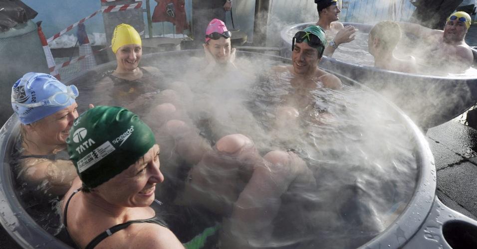 26.jan.2013 - Competidores sentam em banheira de água quente após participarem de Campeonato de Natação na Água Fria que acontece em Londres, na Inglaterra, neste sábado (26)
