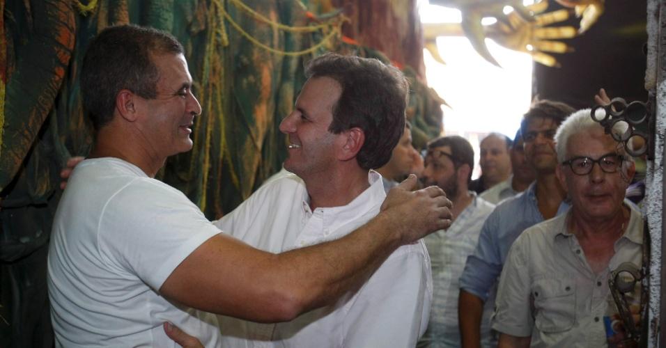 26.jan.2013 - Eduardo Paes, prefeito do Rio de Janeiro, abraça o carnavalesco Paulo Barros, em visita neste sábado à Cidade do Samba, no Rio de Janeiro