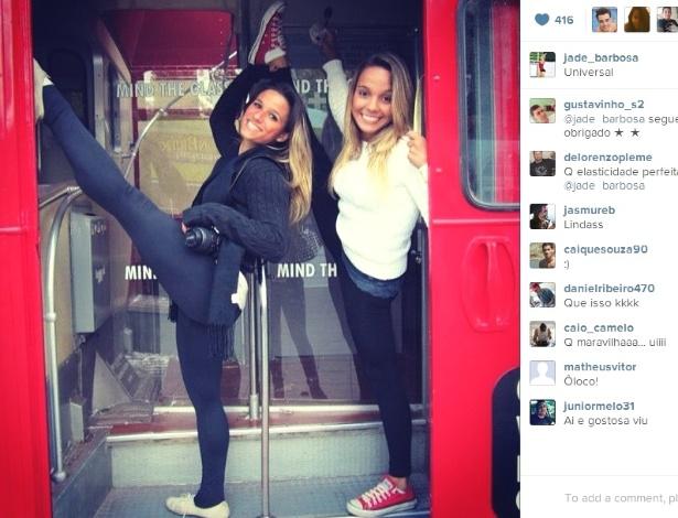 26.jan.2013 - Ginasta Jade Barbosa mostra elasticidade ao lado de amiga durante visita a parque temático nos Estados Unidos
