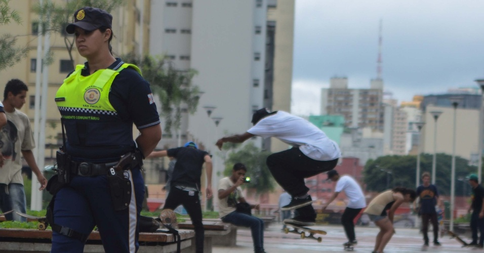26.jan.2013 - Guardas Civis Metropolitanos observam movimentação de skatistas na praça Roosevelt, na região central de São Paulo (SP), neste sábado (26)