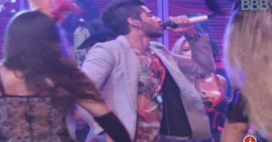 26.jan.2013 - Gusttavo Lima desce do palco e canta em meio aos brothers na pista de dança