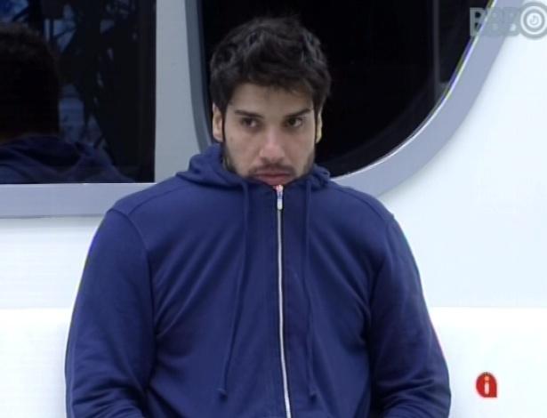 26.jan.2013 - Marcello acorda e assiste a clipe na televisão. Ele está em paredão falso com Anamara