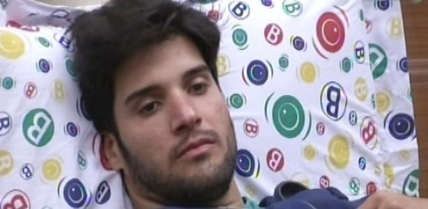 26.jan.2013 - Marcello ouve as considerações de Anamara, sua oponente no paredão falso
