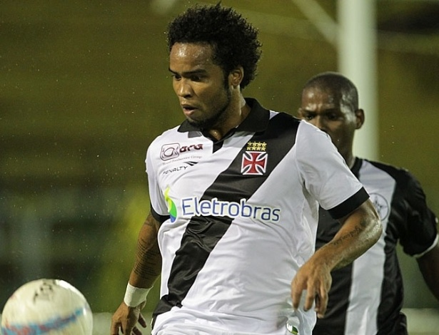 26.jan.2013 - Meia Carlos Alberto, do Vasco, domina a bola durante a partida contra o Resende, válida pela terceira rodada do Estadual do Rio