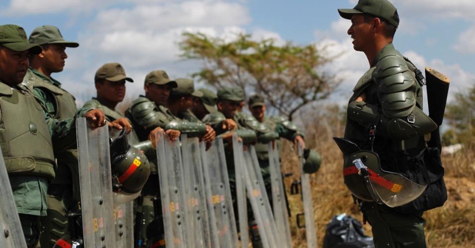 26.jan.2013 - Membros da Guarda Nacional venezuelana ficam de guarda fora da penitenciária Uribana, no Estado de Lara, na Venezuela, neste sábado (26), um dia após o motim que deixou pelo menos 61 pessoas mortas e 120 feridas