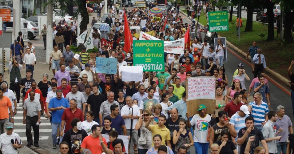 26.jan.2013 - Moradores participam de protesto contra o aumento do IPTU em Guarulhos (SP)