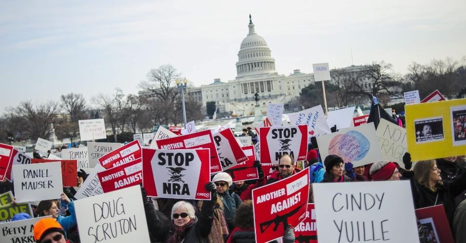 """26.jan.2013 - Motivados pelo massacre na Escola Primária Sandy Hook, ocorrido em Newtown, Connecticut, em dezembro de 2012, ativistas participam de uma marcha pelo controle de armas nomeada de """"Um Milhão de Mães para o Controle de Armas"""", em Washington, nos Estados Unidos, neste sábado (26)"""