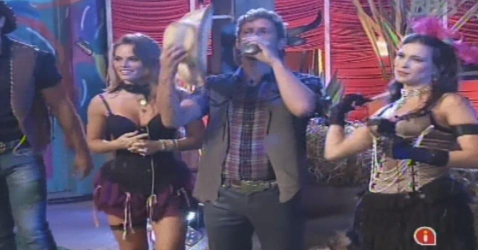 26.jan.2013 - Natália, Aslan e Kamilla aproveitam o show de sertanejo de Gusttavo Lima na casa