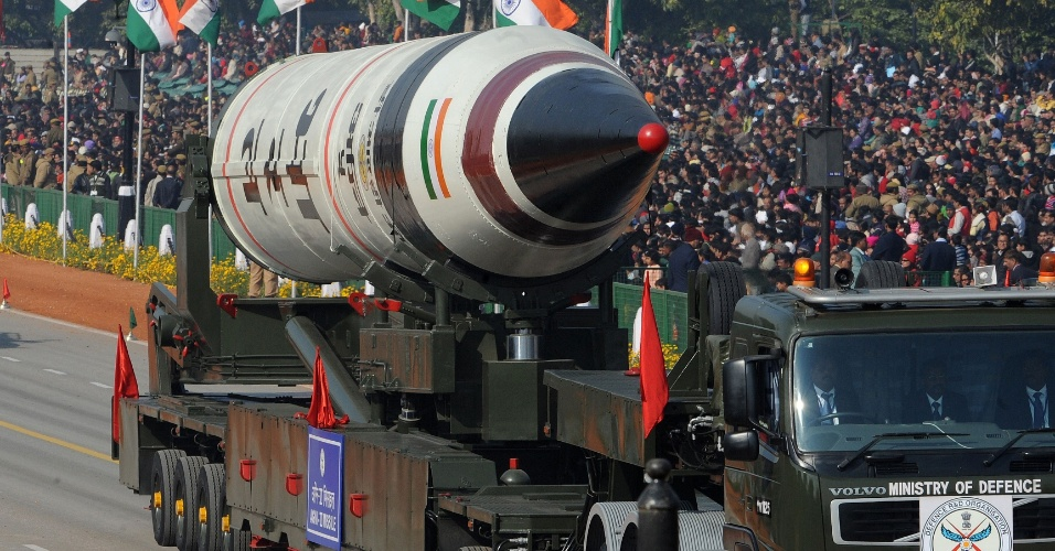 26.jan.2013 - O Exército indiano exibe o míssil Agni 5 durante parada militar do dia da República, em Nova Déli