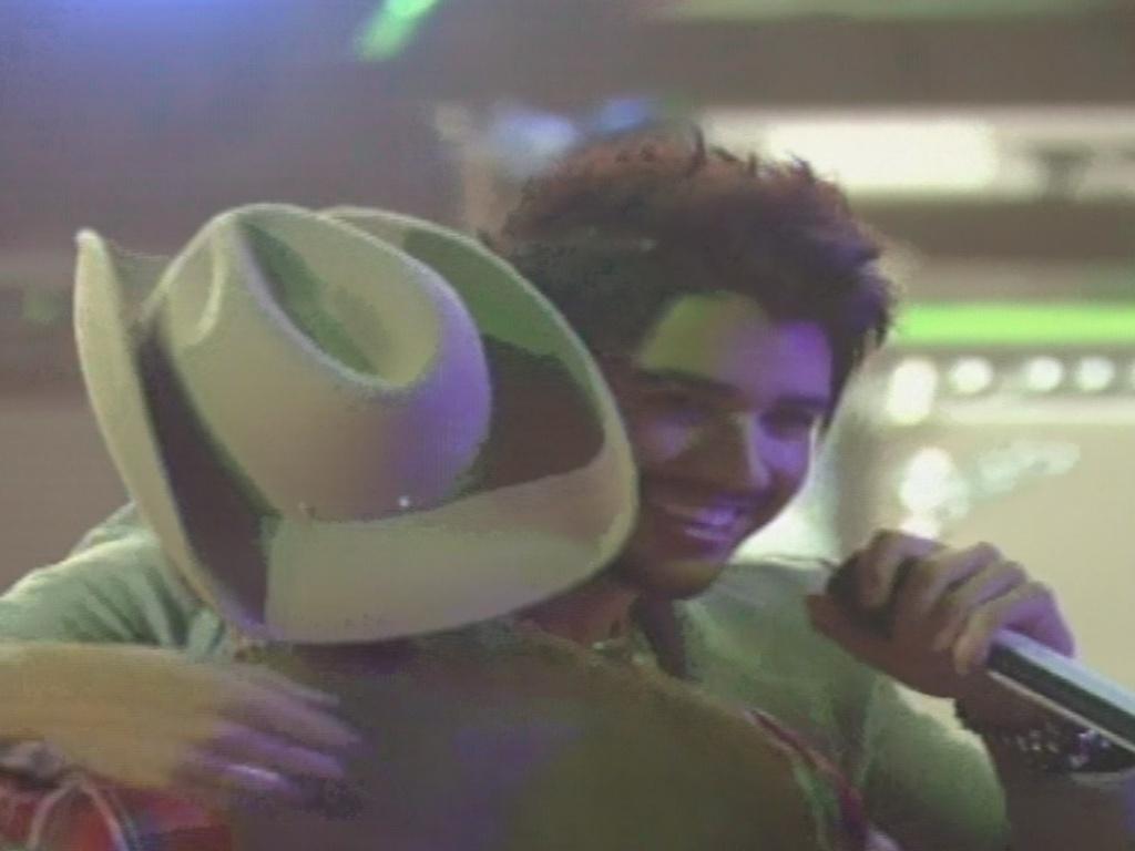 26.jan.2013 - O sertanejo Gusttavo Lima dá um abraço em André