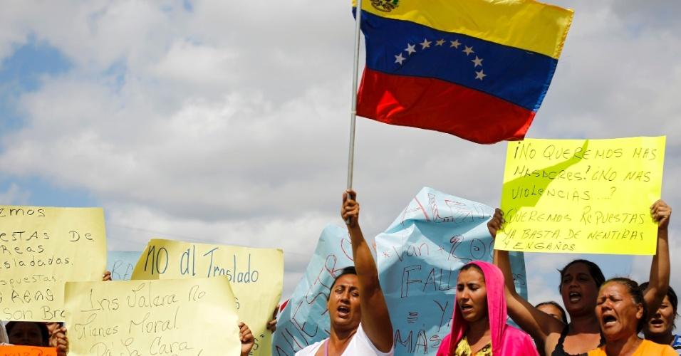 26.jan.2013 - Parentes de presidiários protestam fora da penitenciária Uribana, no Estado de Lara, na Venezuela, neste sábado (26), um dia após o motim que deixou pelo menos 61 pessoas mortas e 120 feridas