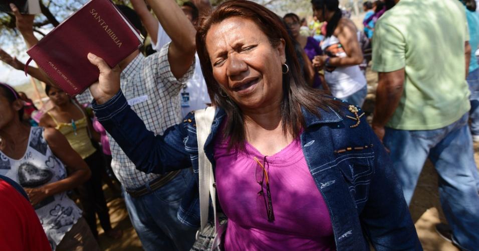 26.jan.2013 - Parentes de presidiários rezam fora da penitenciária Uribana, no Estado de Lara, na Venezuela, neste sábado (26), um dia após o motim que deixou pelo menos 61 pessoas mortas e 120 feridas