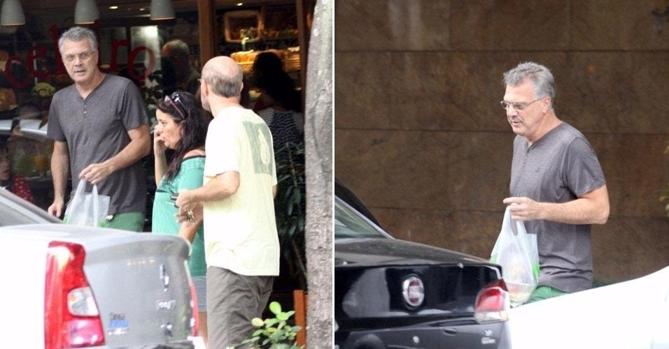 26.jan.2013 - Pedro Bial sai com quentinha de restaurante no Rio