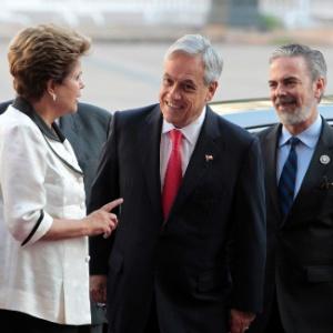 Presidentes do Brasil, Dilma Rousseff, e do Chile, Sebastian Piñera, conversam em frente ao palácio La Moneda, em Santiago, antes de encontro da cúpula de chefes de Estado e de governo da Comunidade de Estados Latino-americanos e Caribenhos (Celac) e da União Europeia (UE)