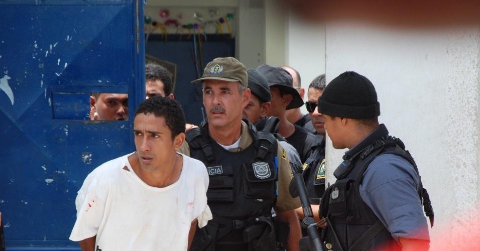 26.jan.2013 - Uma rebelião com fuga de presidiário ocorreu no Complexo Prisional Professor Aníbal Bruno, no Recife (PE), neste sábado, dia de visitação. Não foi informado o número de presidiários fugitivos