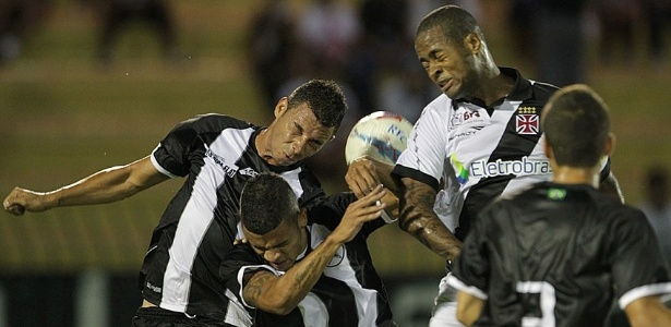 26.jan.2013 - Zagueiro Ded, do Vasco, disputa bola de cabea com os adversrios do Resende, durante confronto vlido pela terceira rodada do Estadual do Rio