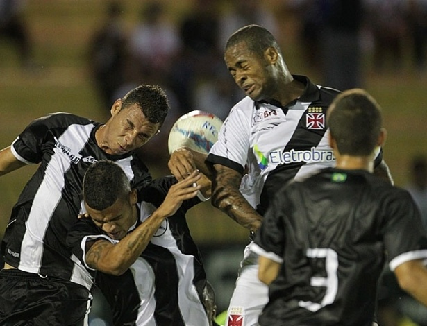 26.jan.2013 - Zagueiro Dedé, do Vasco, disputa bola de cabeça com os adversários do Resende, durante confronto válido pela terceira rodada do Estadual do Rio