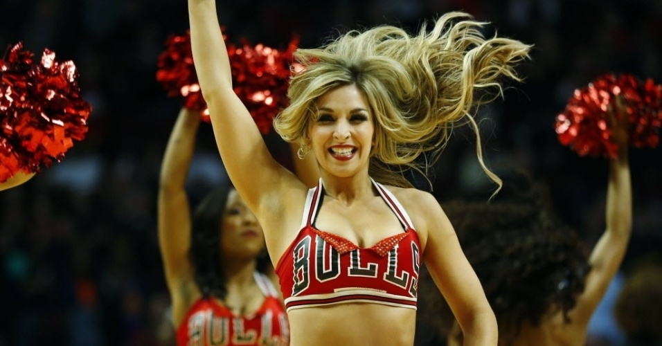 Bela cheerleader anima vitória do Chicago Bulls sobre o Golden State Warriors