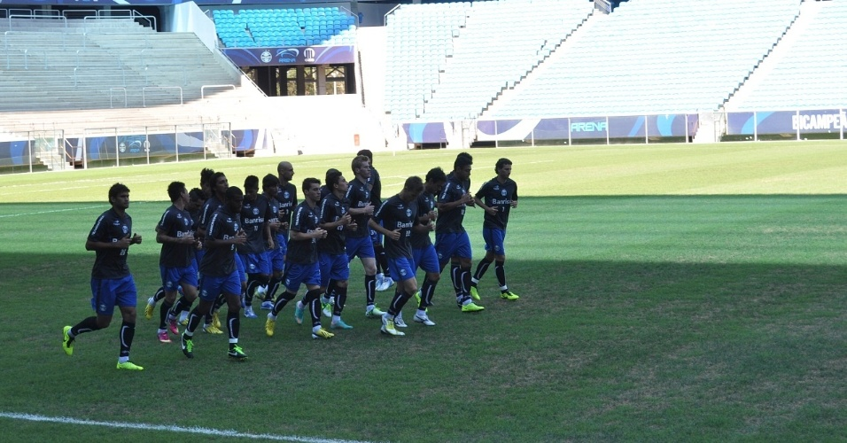 Jogadores do Grêmio correm em gramado falhado da Arena (26/01/2013)